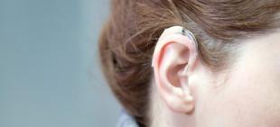 Ung jente med høreapparat.